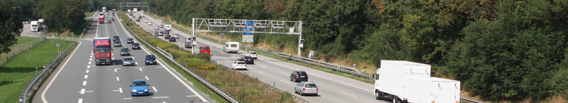 Bild einer Autobahn. Zum Thema Verkehr